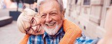 Mann und Frau genießen Liebe im Alter