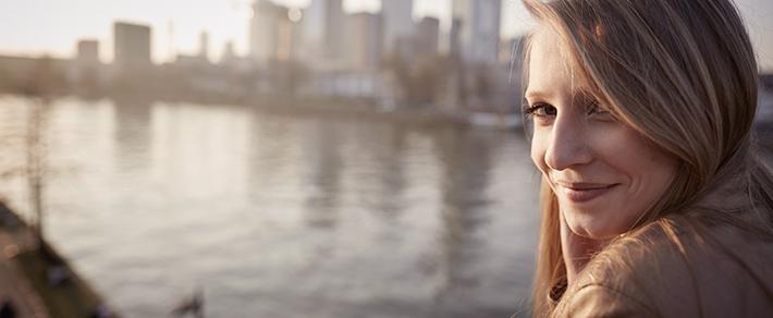 Single-Frau in Frankfurt schaut in Kamera