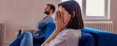 Frau hält sich Augen zu - hat Beziehungskrise