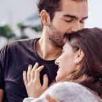 Mann nimmt Frau in den Arm als Zeichen wenn ein Mann eine Frau wirklich will