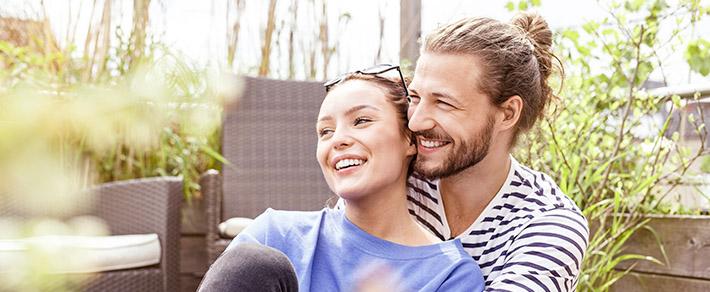 Mann und Frau umarmen sich als Symbol für Beziehungsphasen