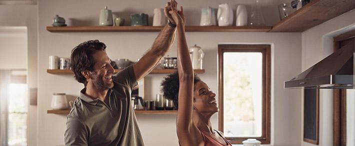 Zwei Verliebte tanzen in der Küche